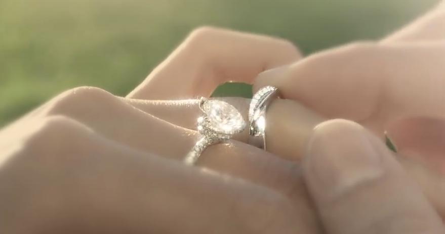 唯美浪漫婚礼情侣 礼服牵手奔跑项链钻石广告宣传 实拍视频素材